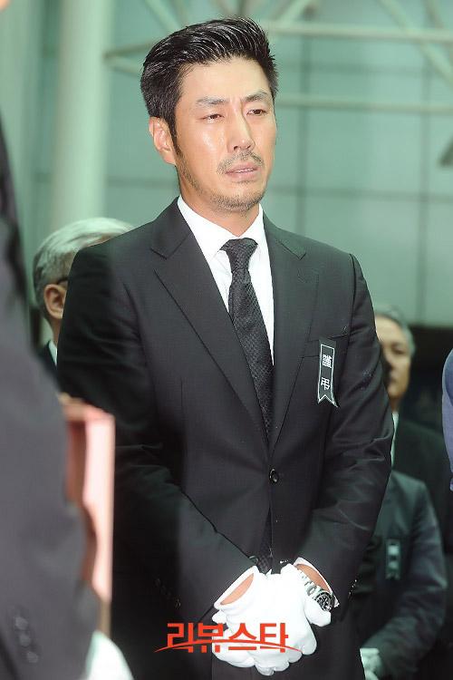 """Kim Hee Sun phờ phạc trong tang lễ """"ông trùm"""" - 11"""