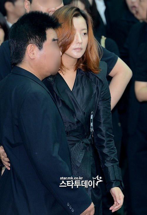 """Kim Hee Sun phờ phạc trong tang lễ """"ông trùm"""" - 6"""
