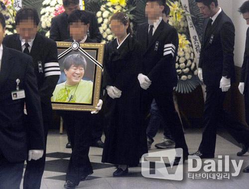 """Kim Hee Sun phờ phạc trong tang lễ """"ông trùm"""" - 2"""