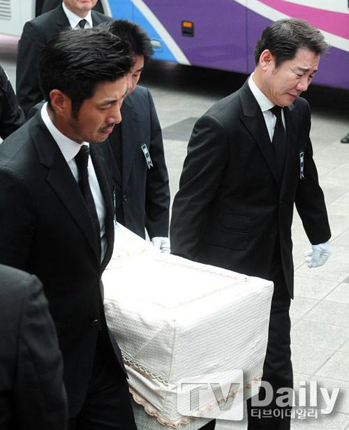 """Kim Hee Sun phờ phạc trong tang lễ """"ông trùm"""" - 13"""