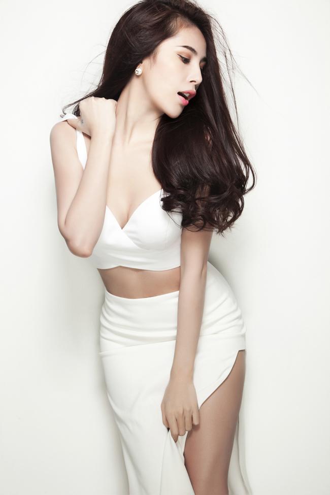 Vừa sinh bé Bánh Gạo vào đầu năm 2013, nữ diễn viên, ca sỹ kiêm nhạc sỹ Thủy Tiên đã khiến nhiều khán giả cảm thấy bất ngờ khi cô nhanh chóng lấy lại vóc dáng thon gọn và sớm trở lại ca hát sau hơn 1 năm  ở ẩn .
