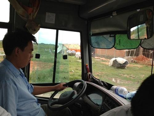 Tài xế xe buýt vừa lái vừa... đánh bạc - 1