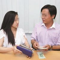 Vợ kiểm soát tiền chồng: Ai đã bị phạt?