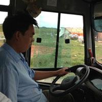 Tài xế xe buýt vừa lái vừa... đánh bạc