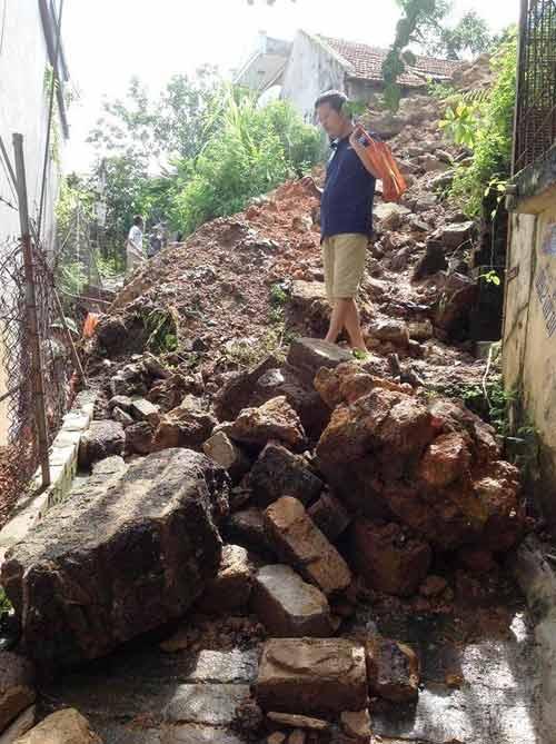 Mưa lớn gây sạt lở, ngập lụt tại TP Hạ Long - 1