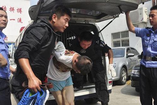 TQ: Ném bé 2 tuổi xuống đất vì chỗ đậu xe - 1