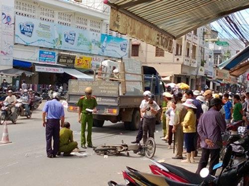 Bị xe tải tông, 2 học sinh thương vong - 1
