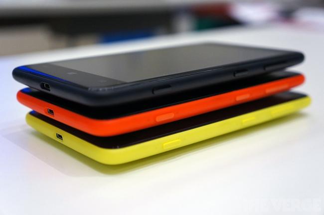 Đây lại là thiết bị thuộc dòng Lumia và chạy hệ điều hành Windows Phone 8 của Microsoft với màn hình kích thước 4,7 inch (lớn nhất từ trước đến nay của Nokia).