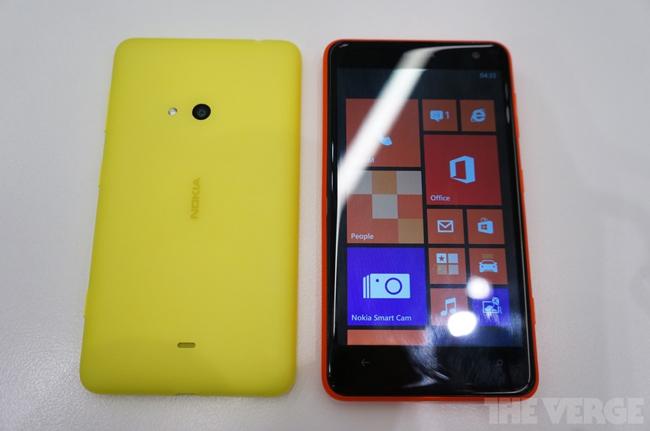 Mặc dù không phải là bước đột phá, bởi vào năm 2011 một thiết bị khác là HTC Titan cũng đã trang bị màn hình 4,7 inch và cùng chạy hệ điều hành của Microsoft là Windows Phone 7.