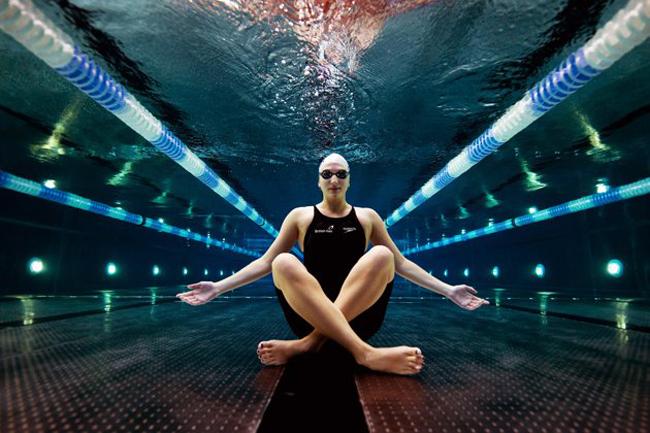 Nhà vô địch thế giới và Olympic, Rebecca Adlington chụp bức ảnh nghệ thuật ngồi dưới đáy hồ bơi.
