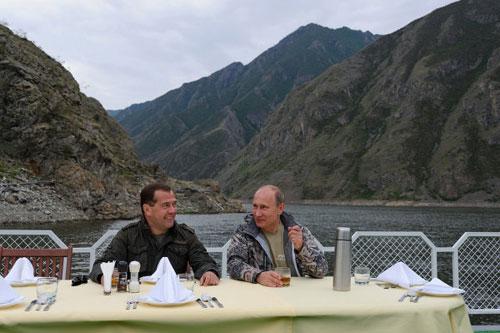 Chùm ảnh: Putin đi nghỉ hè cùng Medvedev - 1