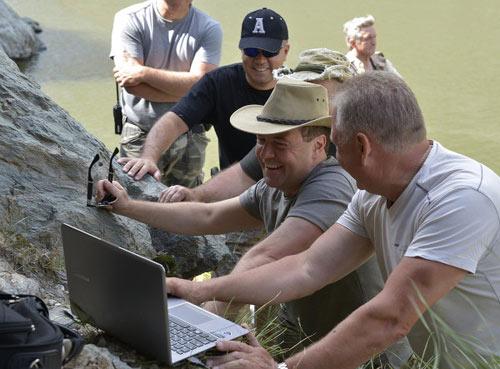 Chùm ảnh: Putin đi nghỉ hè cùng Medvedev - 4