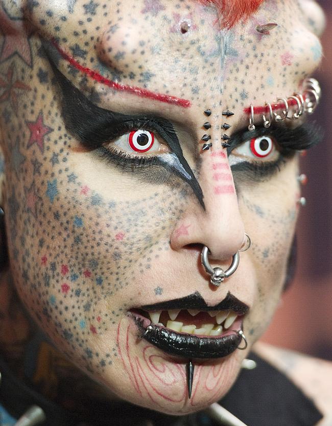 Mary Jose Cristerna (người Mexico) được mệnh danh là nữ ma cà rồng vì những hình xăm chi chít trên gương mặt và cả thân hình. & #160;Tấm ảnh này được chụp khi Mary tham gia triển lãm Tattoo tại Venezuela diễn ra ngày 28/1/2012.