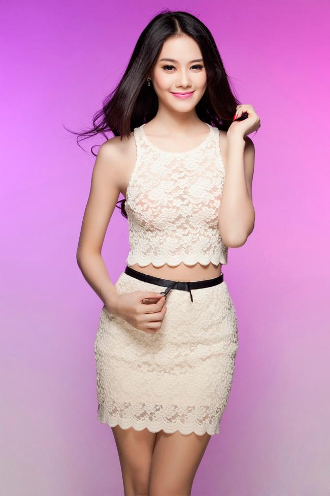 Vòng eo của Linh Chi cũng lộ rõ trong bộ váy ren ôm sát cơ thể