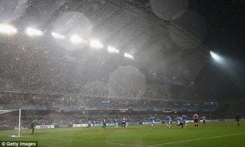 Man City nâng cao danh hiệu đầu tiên - 7