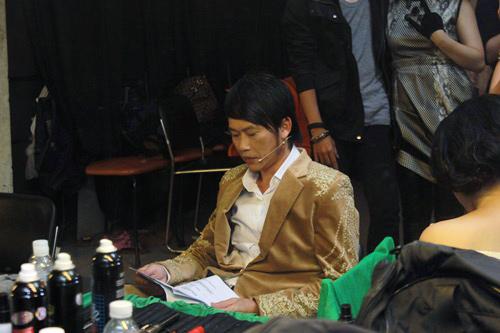 Hoài Linh quậy trước giờ lên sóng - 2