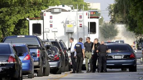 Mỹ: Bắn chết 6 người, bắt giữ con tin - 1