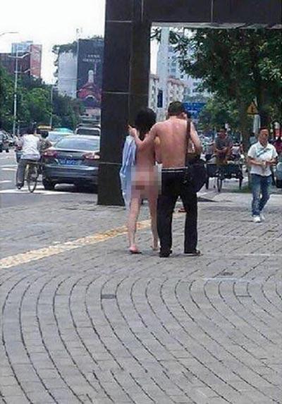 Cãi nhau, vợ chồng lột đồ giữa phố - 4