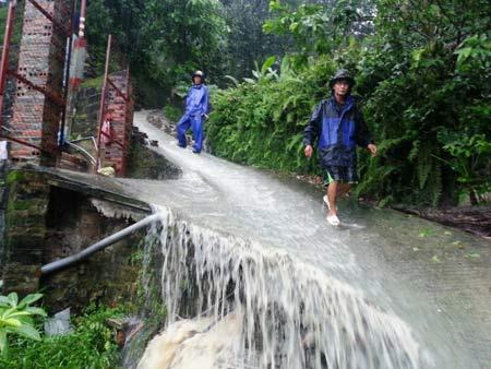 Quảng Ninh: Mưa xối xả, kéo sập nhiều nhà dân - 7