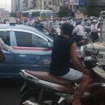 Tin tức trong ngày - Xin không được, hất cảnh sát lên nắp ca pô