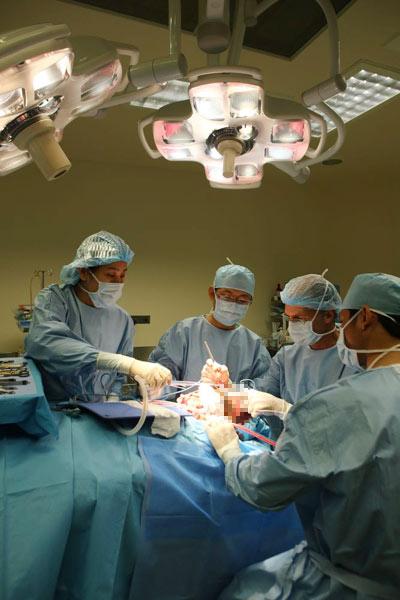 Cắt bỏ khối u khổng lồ trên mặt thiếu nữ - 1