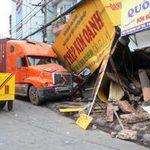 Tin tức trong ngày - Container đâm sập 2 nhà, 10 người thoát chết