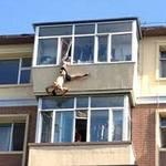 Tin tức trong ngày - TQ: Chồng nhảy lầu tự tử, vợ túm quần kéo lại