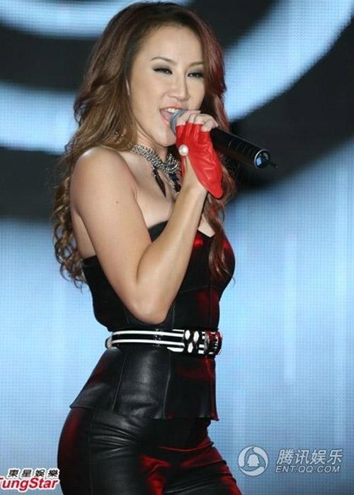Diva Coco Lee khoe vòng 3 cong tròn - 1