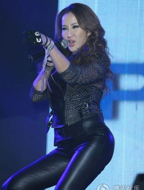Diva Coco Lee khoe vòng 3 cong tròn - 3