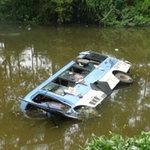 Tin tức trong ngày - Xe khách lao xuống sông, 17 người cấp cứu
