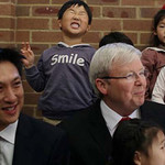 Tin tức trong ngày - Em bé lém lỉnh diễn hề sau lưng Thủ tướng Úc