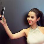 """Thời trang Hi-tech - Người đẹp """"tự sướng"""" cùng smartphone"""