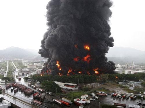 Sét đánh cháy nhà máy dầu lớn nhất Venezuela - 2