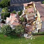Tin tức trong ngày - Mỹ: Hố tử thần nuốt chửng 2 biệt thự