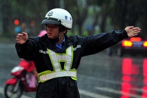 Chùm ảnh siêu bão Utor tàn phá Trung Quốc - 10