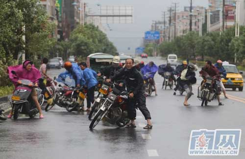 Chùm ảnh siêu bão Utor tàn phá Trung Quốc - 8