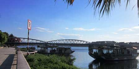Bà hỏa thiêu rụi 2 du thuyền trên sông Hương - 1