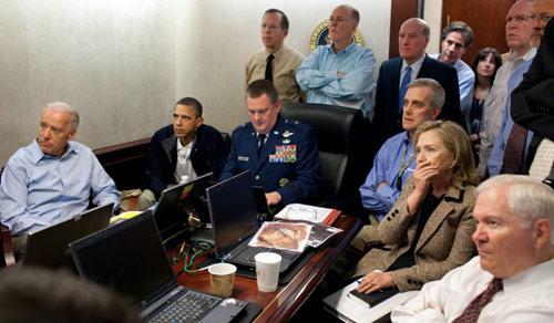 Obama đánh bài trong khi Mỹ diệt bin Laden
