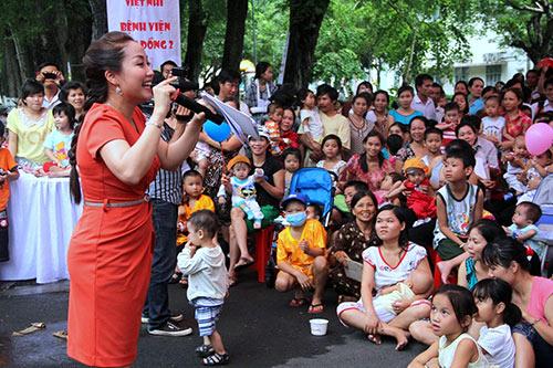 Phương Mỹ Chi xúc động hát tặng bệnh nhi - 8