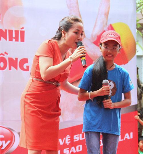 Phương Mỹ Chi xúc động hát tặng bệnh nhi - 2