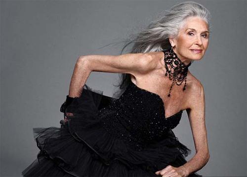 Siêu mẫu 83 tuổi vẫn vô cùng cuốn hút! - 11
