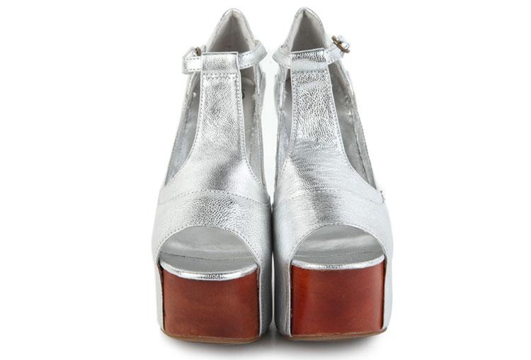 Nên mặc màu gì với giày sandal bạc? - 12
