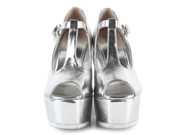 Nên mặc màu gì với giày sandal bạc? - 16