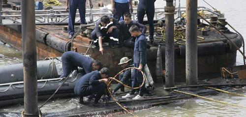 Nổ tàu ngầm Ấn Độ: Nhiều thi thể thành tro - 1