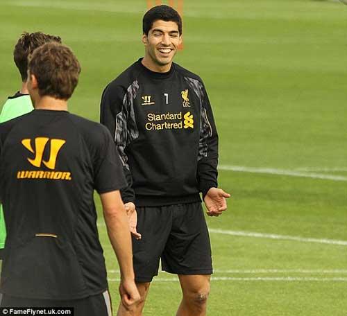 Nói lời xin lỗi, Suarez đồng ý ở lại Liverpool - 3