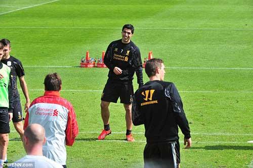 Nói lời xin lỗi, Suarez đồng ý ở lại Liverpool - 5