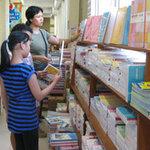 Giáo dục - du học - Cẩn thận mua phải SGK dán chồng giá