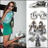 Nên mặc màu gì với giày sandal bạc?