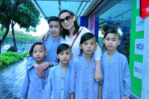 Phi Nhung bận rộn với đàn con nuôi, Ca nhạc - MTV, Phi nhung, ca sy phi nhung, ca sy hai ngoai, con nuoi cua phi nhung, 13 con cua phi nhung, phi nhung va con nuoi, ca si, am nhac, ca nhac