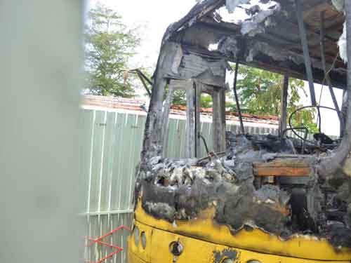Xe buýt cháy rụi trong đêm, tài xế thoát chết - 1